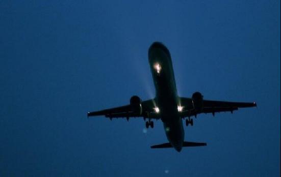 深夜航班的飞机票为什么便宜?一个主要的原因是因为飞行的时间有点特殊,因为正常的人在乘坐飞机的时候都会选择白天,晚上的时候,因为大多数人都比较疲惫,如果在大晚上的乘坐飞机的话,在天还没亮的时候到达另外一个城市也找不到交通工具,需要滞留一段时间;这对于很多乘客来说,可能是一个折磨,但是航空公司必须要保证飞机的使用率,同时也要提高飞机的满座率,因此往往在凌晨十二点过后的飞机票,价格很便宜;如果白天的同等航班的飞机票是八百块钱,那么深夜航班的飞机票价格可能只需要四百,甚至更低。